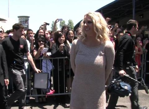 News video: Britney Spears Returns with Huge Tip After Bailing at Cheesecake Factory